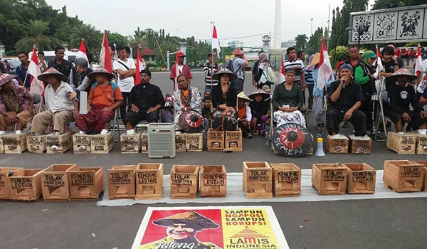"""Cementing Feet"" in protest of the ""Corporate Governor,"" Ganjar Pranowo in front of the Presidential Palace in Jakarta, March 13, 2017."