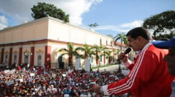 Maduro addresses a chavista crowd outside Miraflores after the defeat in the 2015 parliamentary elections