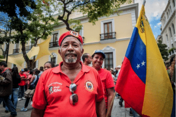 A man wears a red beret like the one former President Hugo Chávez wore with his uniform
