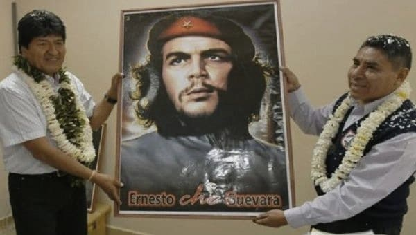 Bolivian President Evo Morales poses with a portrait of Che. | Photo: Agencia Boliviana de Informacion