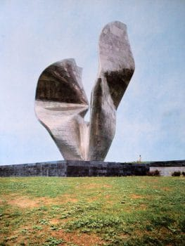 Monument to the Victory of the people of Slavonia. Designed by Vojin Bakić, built in 1968, destroyed in 1992. (Photo: Javno Vlasništvo/Public Domain). This image was initially published in the book Drago Zdunić, ed. Revolucionarno kiparstvo (Zagreb: Spektar, 1977).