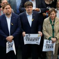 Catalan President Carles Puigdemont and other regional government members. | Photo: Reuters
