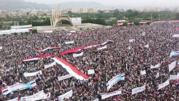 Massive demonstration in Sanaa against the Saudi-led bombing campaign in August 2016.