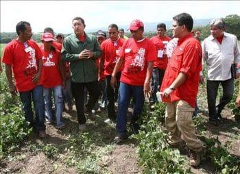 Chávez visiting the El Maizal commune in 2009 (Photo: Minci)