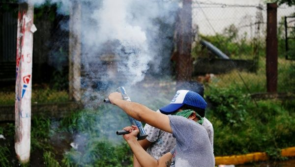 A demonstrator holds a homemade mortar during a protest against Nicaraguan President Daniel Ortega's government in Granada, Nicaragua June 6, 2018. | Photo: Reuters