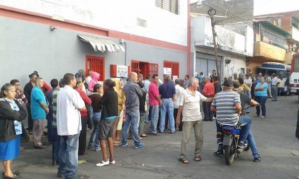 Voters waiting in line in Catia, a popular neighbourhood in Western Caracas (Photo: Ricardo Vaz)