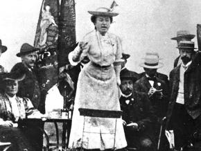 Rosa Luxemburg speaks outside a congress of the the Second International in 1907