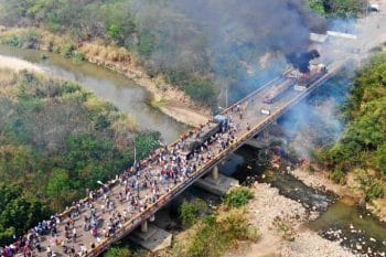 Opposition sets fire to vehicles on the Colombian side of the Simon Bolivar International bridge