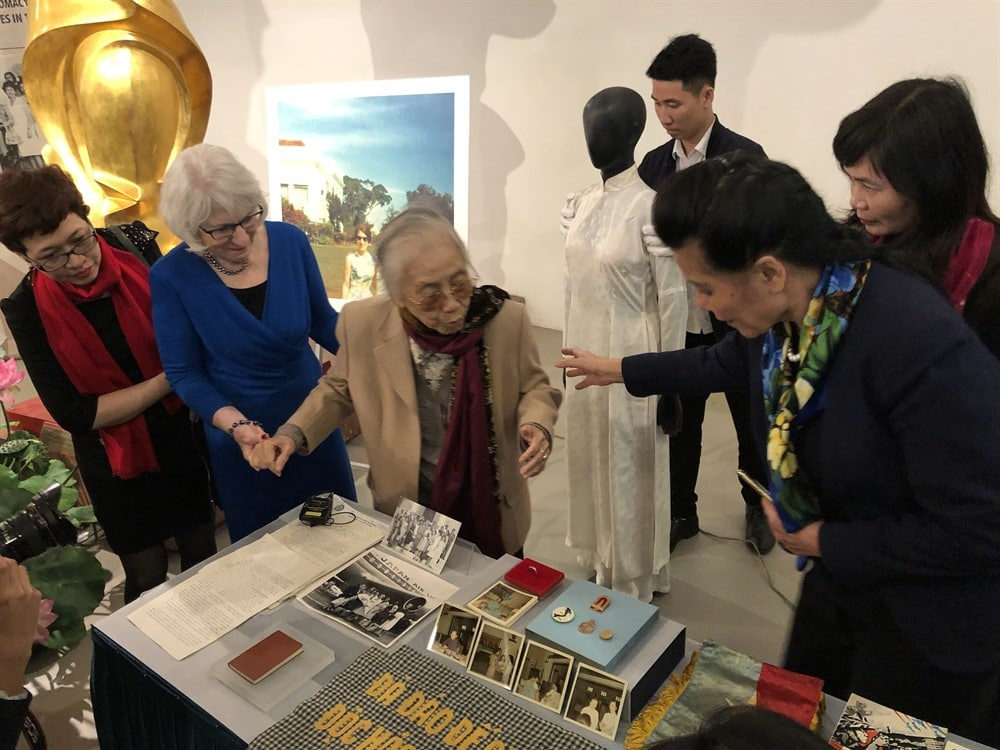 Memories: Nancy Hollander (second from left) and former Vice President Nguyễn Thị Bình look at memorabilia Hollander gave back to the Vietnamese Women's Museum in Hà Nội on March 7. VNS (Photo Lê Hương)