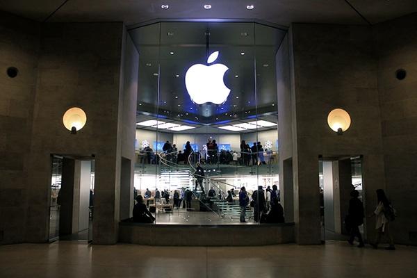 Apple Store Carrousel du Louvre. From: Mikhail (Vokabre) Shcherbakov / Wikimedia