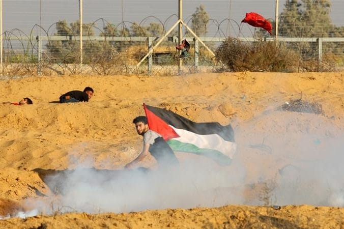 | Israeli forces fire tear gas at Palestinian demonstrators during weekly protests | MR Online