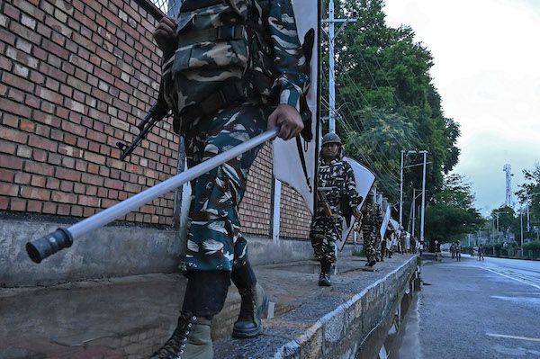 Security personnel patrol during a lockdown in Srinagar on August 10, 2019. (Photo by TAUSEEF MUSTAFA / AFP) (Photo credit should read TAUSEEF MUSTAFA/AFP/Getty Images)