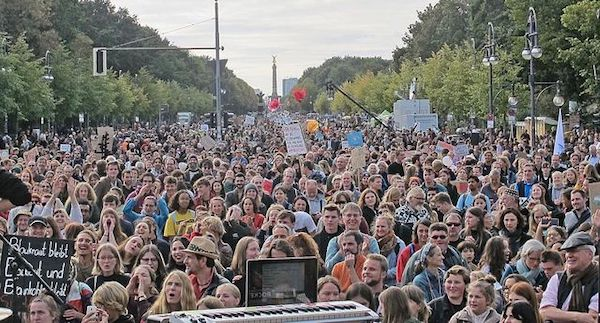 Tens of thousands protest at Berlin's Brandenburg Gate