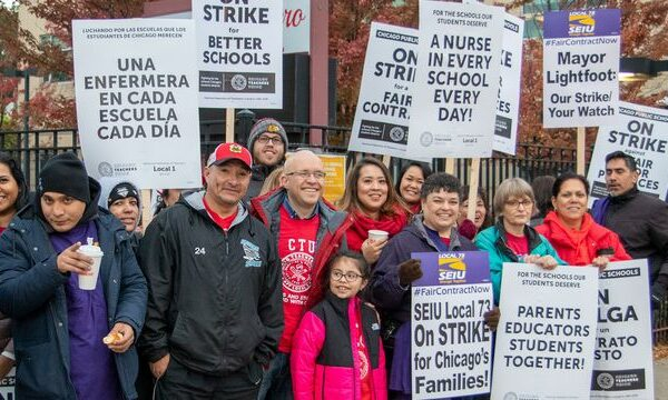 Picketing teachers and supporters in Chicago