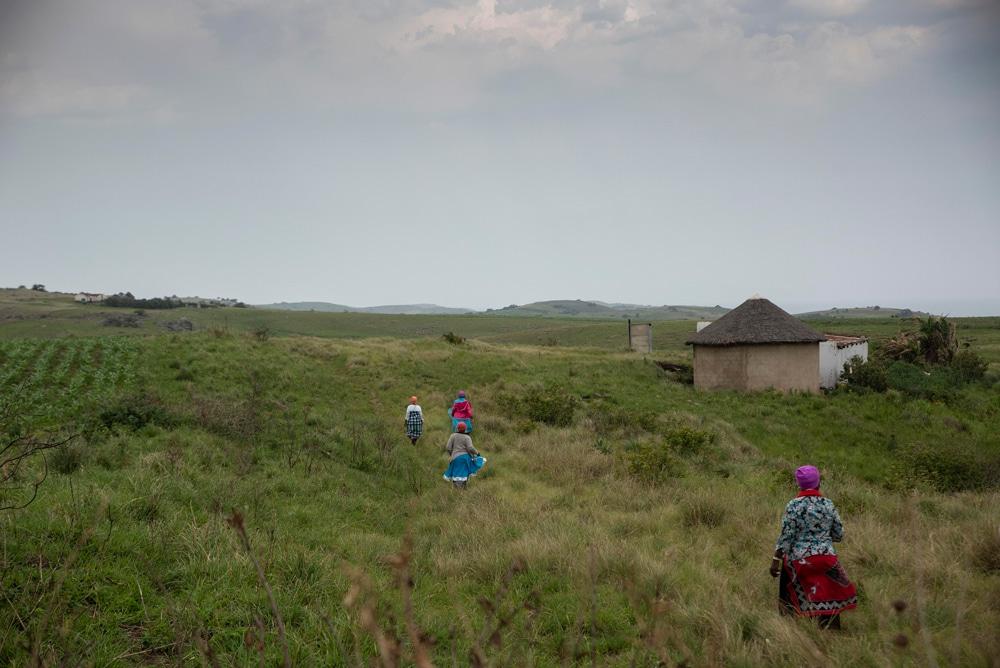 Community members making their way to Komkhulu