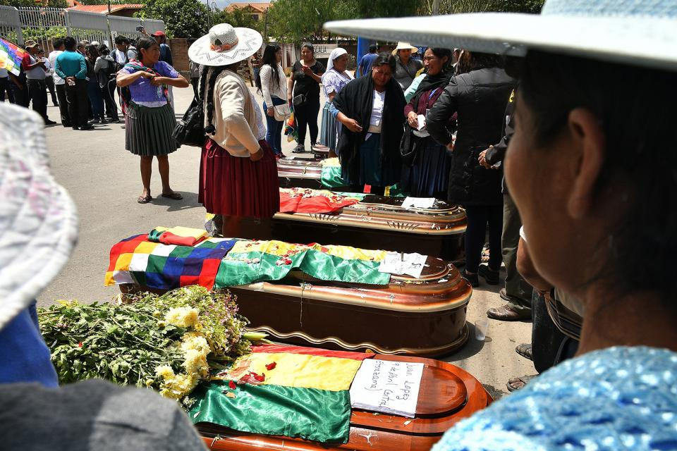 In Cochabamba, citizens surround the coffins of those killed in the repression of Sacaba.