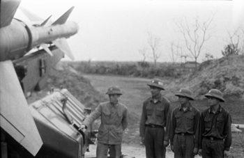© SPUTNIK / Ю. ЧУРЬЯНОВ Vietnamese air defence troops stand beside an S-75 Dvina SAM system.