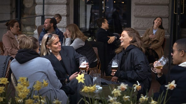 People chat and drink in Stockholm, Sweden, Wednesday, April 8, 2020 © AP Photo : Andres Kudacki
