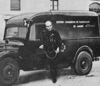 Norman Bethune in Spain, beside the ambulance of the Canadian Blood Transfusion Service (1936-1937).