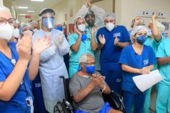 7 de maio de 2020: Equipe de médicos e enfermeiros comemoram alta de pacientes recuperados da COVID-19 no Abelardo Santos, o maior hospital público do Pará. Marcelo Seabra/Ag.Pará/Fotos Públicas.