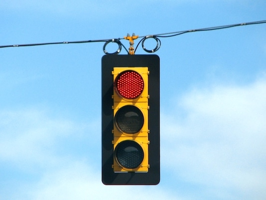 Photo of traffic light on red: Kevin Payravi, Wikimedia Commons