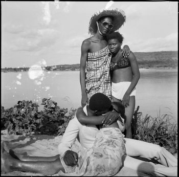 Malick Sidibé (Mali), Les Retrouvailles au bord du fleuve Niger, 1974.