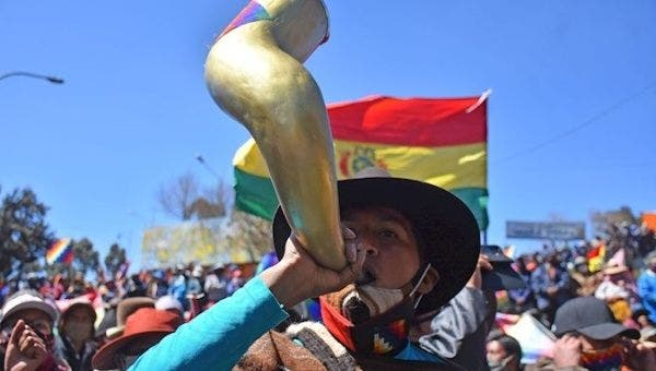 Citizen makes noise with a horn during protests, El Alto, Bolivia, August 14, 2020. | Photo: EFE
