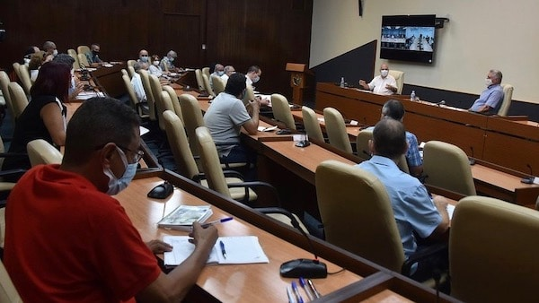 In a meeting with Cuban president Miguel Diaz-Canel, scientists and experts announced that Cuba's vaccine will be going to clinical trial. (Photo: Estudios Revolución)