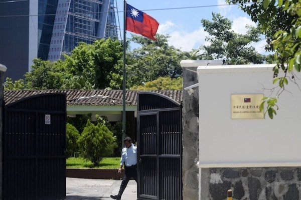 A guard closes the gate of the Embassy of Taiwan in San Salvador on August 21, 2018, after China and El Salvador established diplomatic relations. Photo: AFP / Marvin Recinos