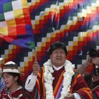 The former Bolivian president and leader of the Movement Towards Socialism (MAS), Evo Morales, today waves the Whipala flag of the native peoples during an event in his hometown, The town of Orinoca, part of the route of his caravan after entering yesterday from Argentina, in the department of Oruro (Bolivia). | Photo: EFE