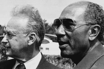 Former Israeli PM Yitzhak Rabin (L) and President of Egypt Anwar el Sadat (R) in Alexandria on 9 September 1980 (AFP)