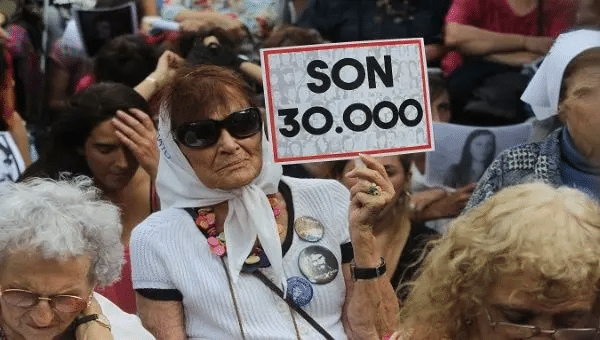 The sign refers to the 30,000 people killed by the dictatorship, Buenos Aires, Argentina, 2017. | Photo: EFE