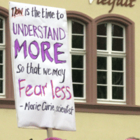 "March for Science in Freiburg, Plakat ""Now is the time to understand more so that we may fear less"" von Marie Curie auf dem Augustinerplatz (Photo: Andreas Schwarzkopf)"