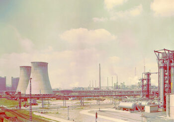 The energy industry was at the centre of economic planning in the 1950s. The Gaskombinat Schwarze Pumpe (Black Pump Gas Combine), pictured here in 1974, became the largest lignite refining plant in the world. A new town, Hoyerswerda, was built for the 16,000 employees of the Kombinat. Lignite was practically the only domestic natural resource in East Germany and its extraction freed the DDR from dependency on Western imports. It remained the country's most important energy source until 1990.