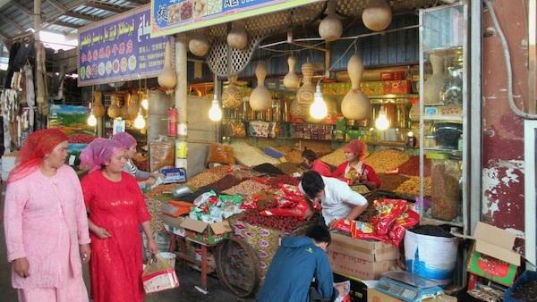 The Sunday bazaar in Kashgar. Photo: David Stanley from Nanaimo, Canada, CC BY 2.0 , via Wikimedia Commons
