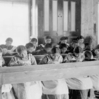 Indigenous kids in a residential school in Canada during the XX century. | Photo: Twitter/ @AmmarKazmi_