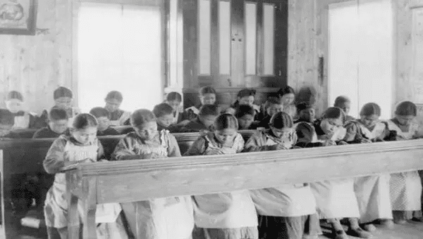 | Indigenous kids in a residential school in Canada during the XX century | Photo Twitter AmmarKazmi | MR Online