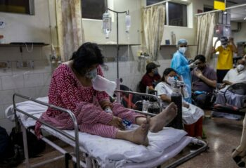 A patient suffering from the coronavirus disease (COVID-19) receives treatment inside the casualty ward at a hospital in New Delhi, India, May 1, 2021. Photo: Reuters/Danish Siddiqui