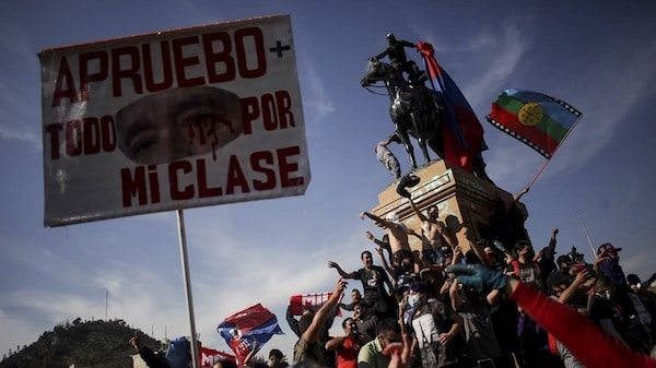 """""""I approve it for my class,"""" reads the banner supporting the vote for a new constitution in Chile. (Photo: Frente Fotográfico)"""