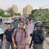 ARMED ISRAELI SETTLERS ARRIVING IN LYDD (LOD) WITH PROTECTION FROM ISRAELI FORCES, MAY 12, 2021. (PHOTO: TWITTER)