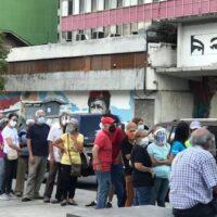 Venezuelans queue to get vaccinated against Covid-19 in central Caracas. (Carolina Alcalde / VOA)