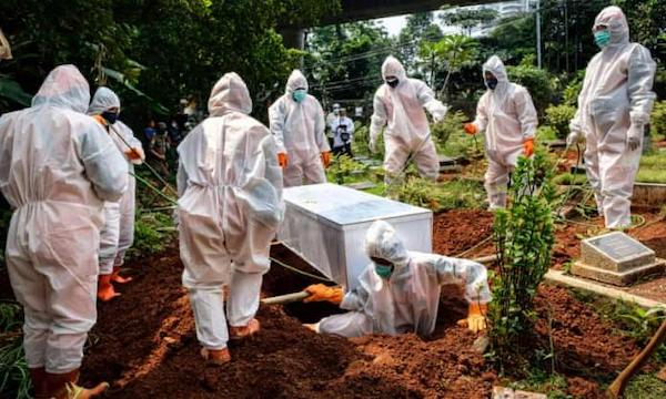 | Health workers bury a suspected victim of COVID19 in Jakarta Indonesia | MR Online