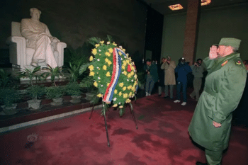 | Fidel Castro salutes the statue of Mao Zedong | MR Online