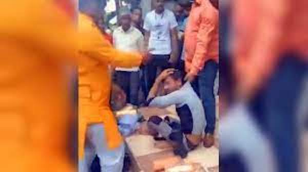 | A Muslim bangle seller being attacked in Indore Photo Video screengrab | MR Online